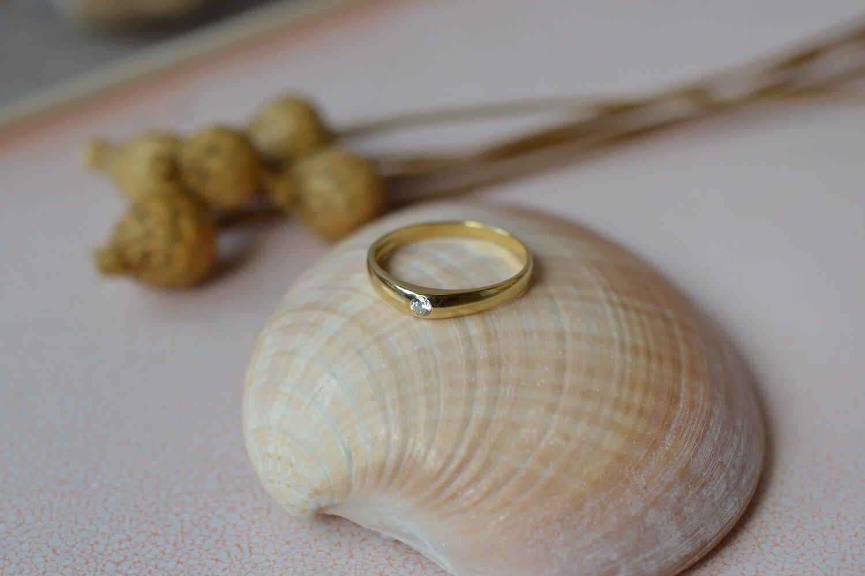 Bague Jonc Anglais en Or jaune sertie d une pierre d imitation blanche - bague de seconde main