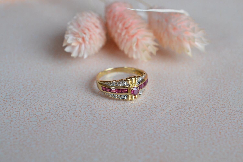 Bague Diademe En Or Deux Tons Agrementee De Diamants Et Sertie D Un Rubis Rond Au Centre D Une Ligne De Rubis Taille Carre - Bague Retro
