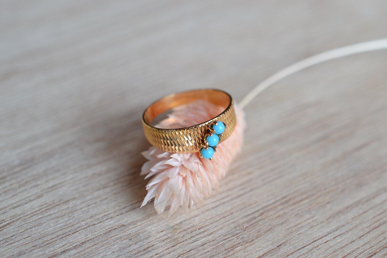 Bague De Seconde Main En Or Jaune Monture Striee Sertie De Trois Turquoises De Taille Cabochon - Bague Elegante