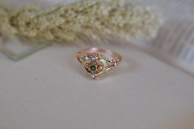 Bague de style Art Nouveau en Or rose et Or jaune sertie d un verre vert et de deux petits perles - bague de fiancailles vintage