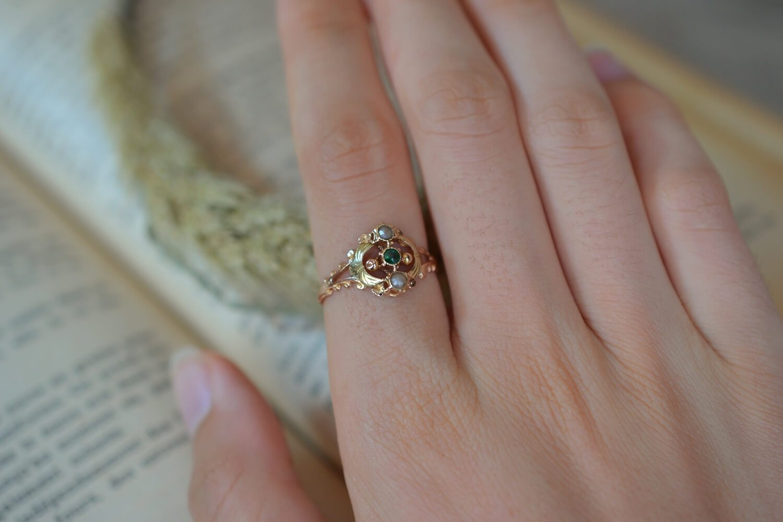 Bague de style Art Nouveau en Or rose et Or jaune sertie d un verre vert et de deux petits perles - bague de seconde main