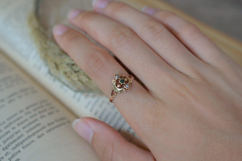 Bague de style Art Nouveau en Or rose et Or jaune sertie d un verre vert et de deux petits perles - bague ethique