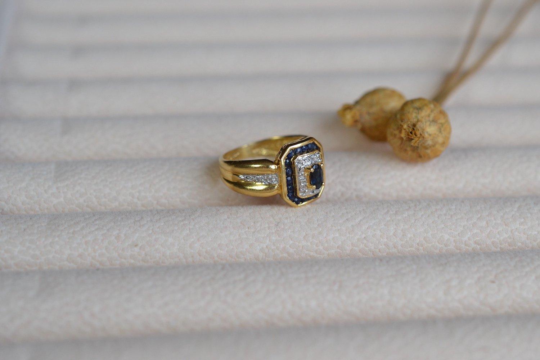 Bague Octogonale En Or Jaune Sertie D Un Saphir Dans Un Double Entourage De Saphirs Et De Roses De Diamants - Bague Ethique