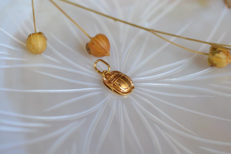 Pendentif Egyptien Scarabee En Or Jaune Grave D Un Hieroglyphe Au Dos - Pendentif Ethique Et Eco Responsable