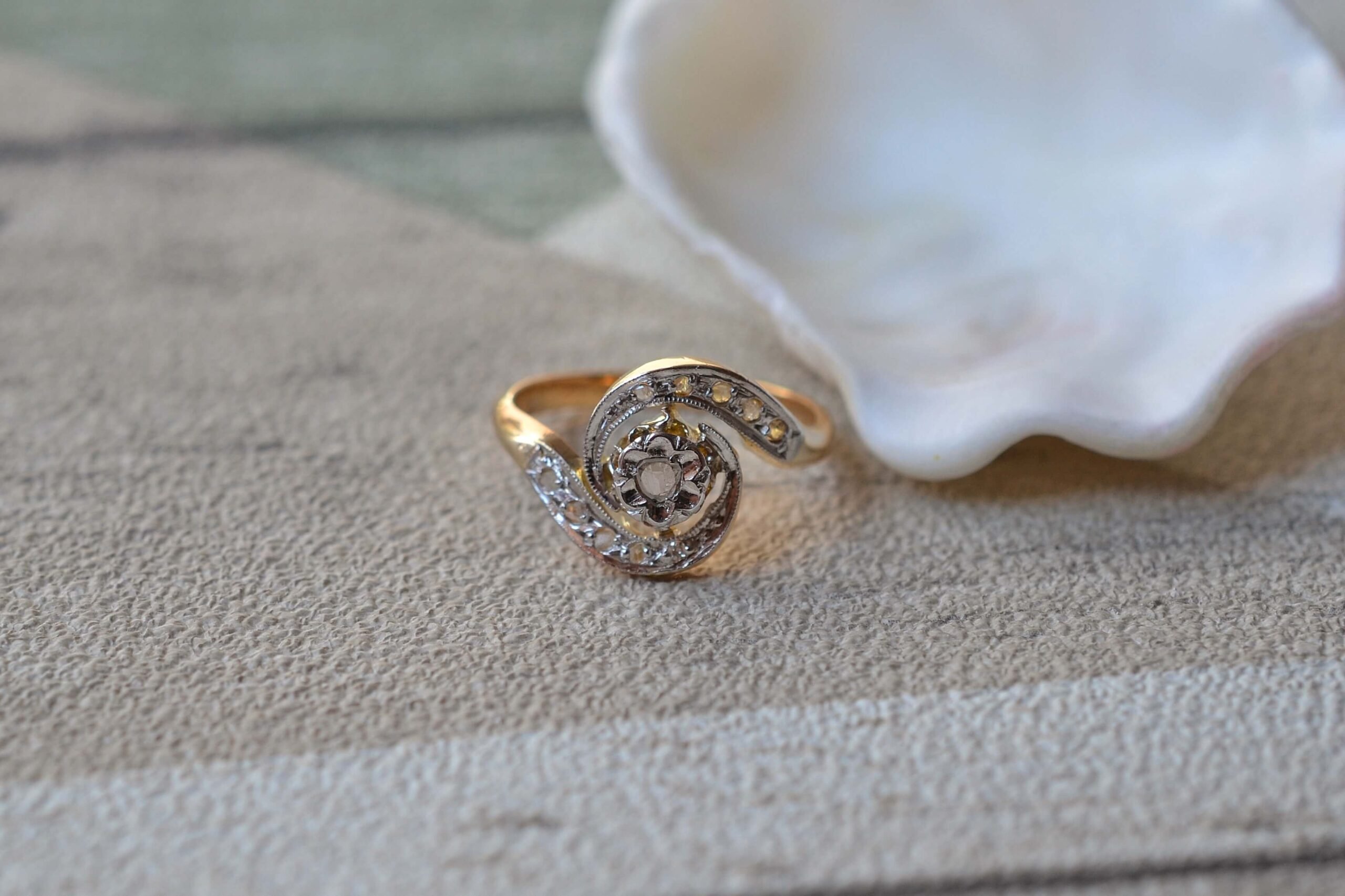 Bague-diamants-tourbillon-en-or-18-carats